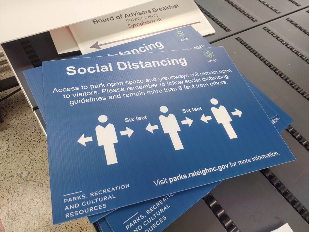 r_Social distancing sign